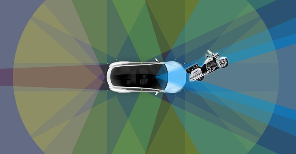 Электрокар Tesla Model X с автопилотом врезался в полицейского на мотоцикле