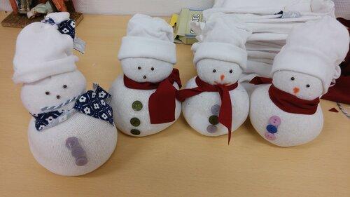Снеговики из белых носков