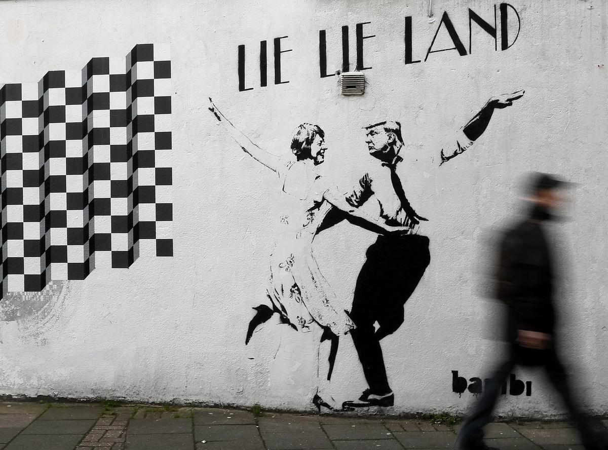 Танцы-шманцы-обниманцы: Танцующие Дональд Трамп и Тереза Мэй на улице Лондона