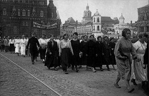 1920. Демонстрация работниц на Красной площади по случаю открытия II конгресса Коммунистического Интернационала