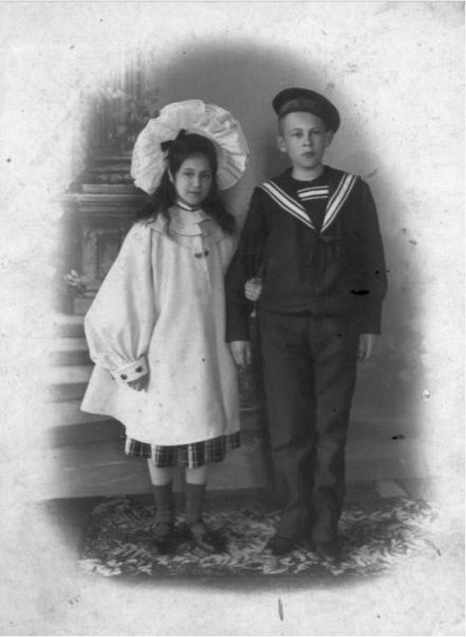 1903. Дети Саввы Морозова - Мария и Тимофей