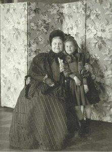 1903. Мария Федоровна с внучкой