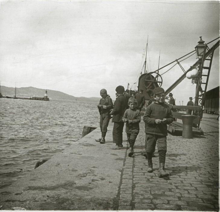 1901. Мальчики на пристани. Норвегия, Берген