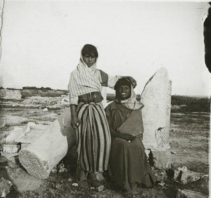 1910. Две местные девушки Лалахем и Салха на развалинах храма Юноны Целеста. Тунис, развалины древнего Карфагена