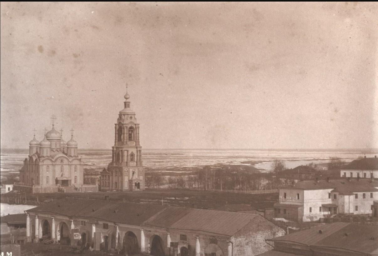 Центральная часть города с кафедральным собором Рождества Богородицы, торговыми рядами, с видом на р. Оку