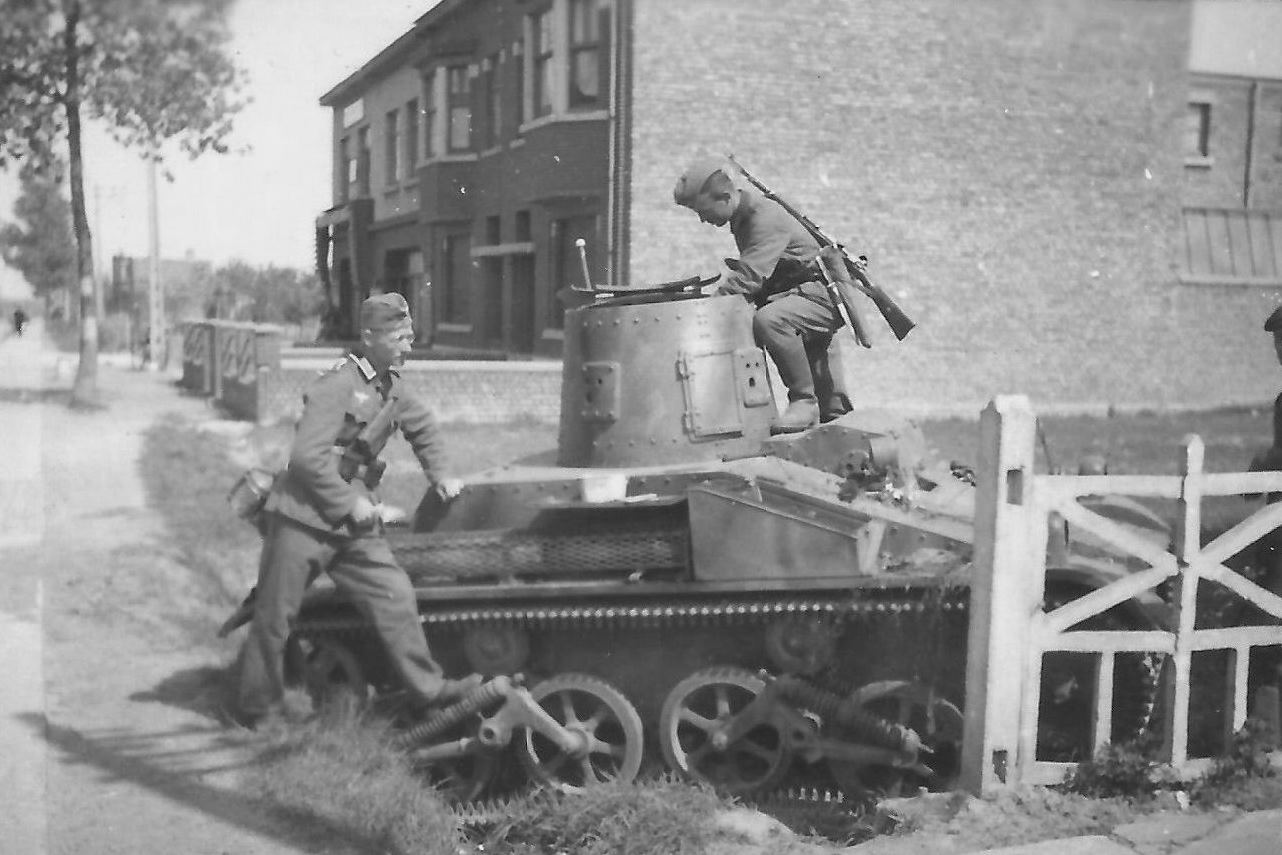 Немецкие солдаты осматривают брошенный бельгийский легкий танк Т15. 1940 год.
