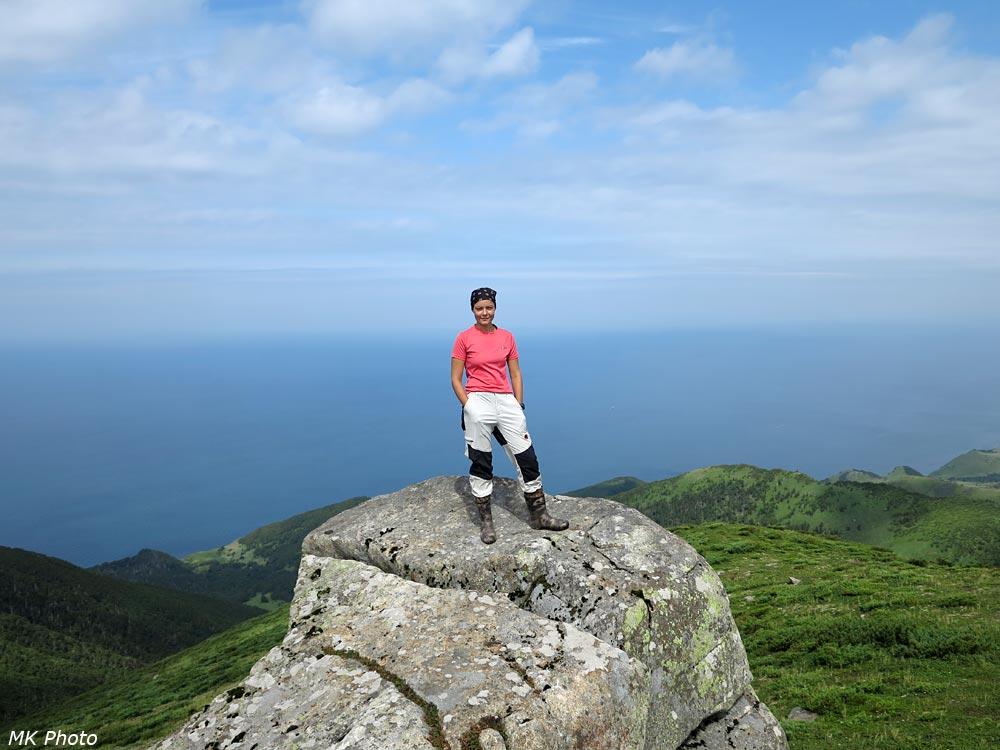Катя на фоне залива Анива