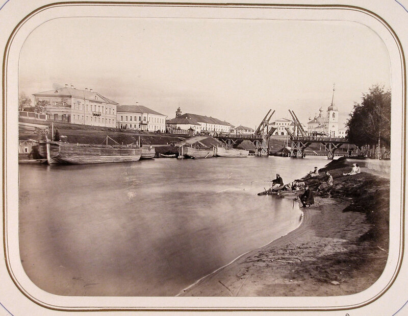 1865 Вид на здание Окружного правления слева и подъёмный мост через реку Вытегру.jpg