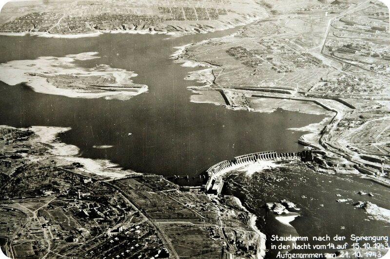Плотина ДнепроГЭС после взрыва в ночь с 14 на 15 октября 1943 года.jpg