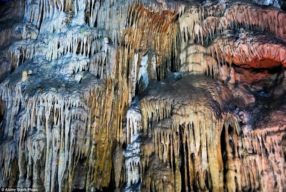 Каверна Poole's Cavern в Бакстоне – одна из нескольких связанных между собой пещер, возр