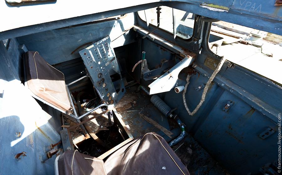 23. Внутри кабины. Приборная панель валяется в стороне.