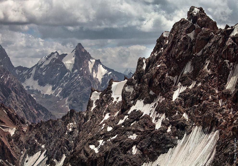 28. Большая часть хребтов и перевалов проходит на высоте около 4000—4500 метров, а долины