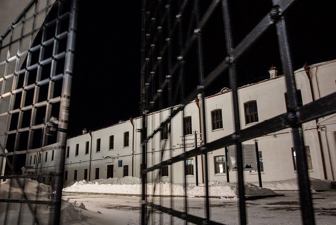 Ворота, ведущие во внутренний двор, к тюремному блоку номер три.