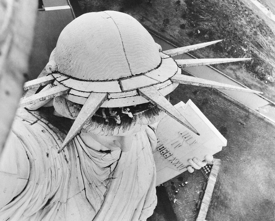 12. Леса вокруг статуи Свободы, построенные для проведения работ по гидроизоляции ее подножия, 1930