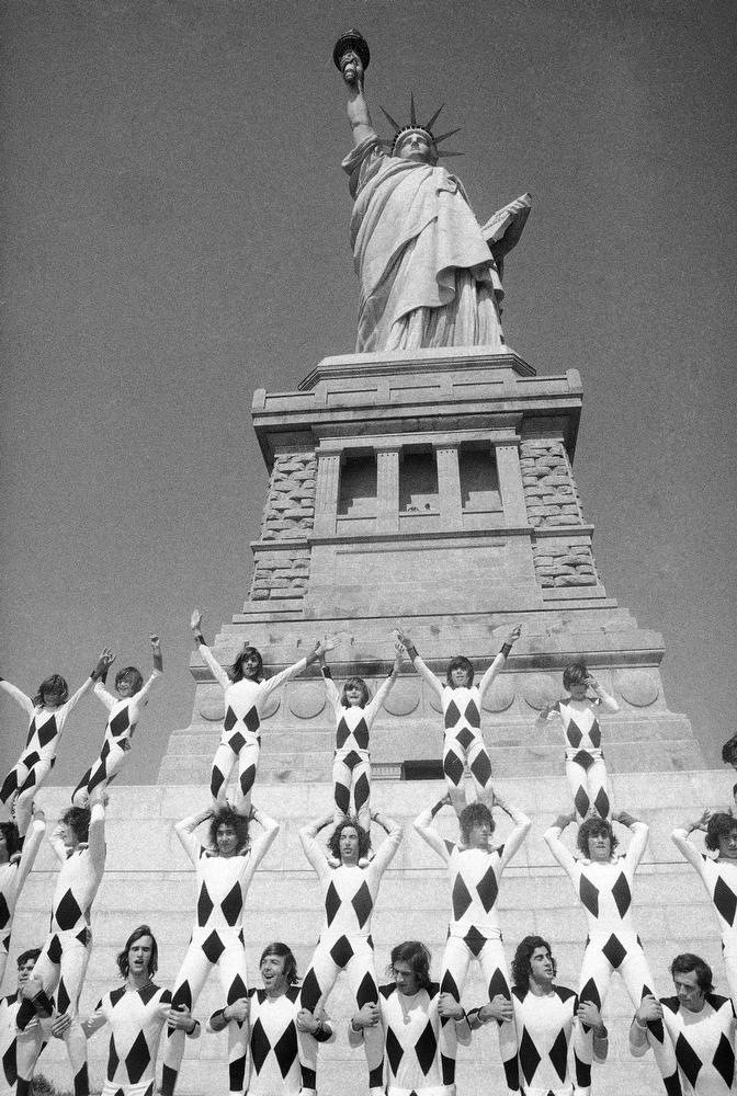34. Международный мужской цирк «Лос Мучачос» выступает у подножия статуи Свободы 17 сентября 1973 го