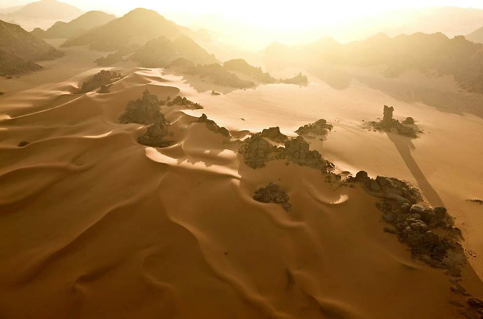 19. Северная часть региона Акакус, где оранжевые пески Оан Казы сбились в песчаные долины. (George S