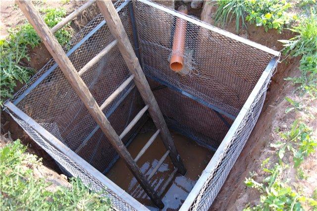 Конструкция стен выгребной ямы должна быть водонепроницаемой, а днище таковым делать запрещается – н