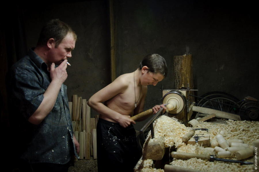 6. Процесс изготовления матрешек начинается с выбора древесины. Из множества видов деревьев выбирают