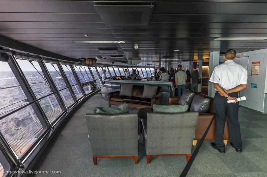 34. На капитанский мостик нет экскурсии, но мне повезло плыть вместе с группой испанских журналистов