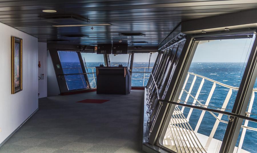 41. Когда корабль швартуется в порту, офицер использует выходы на «крыльях» влево и вправо