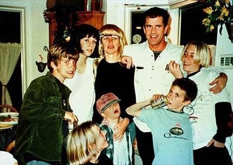 14. Мэл Гибсон – 8 Мэл Гибсон настоящий рекордсмен в плане отцовства среди звезд. За 31 год брака Ро