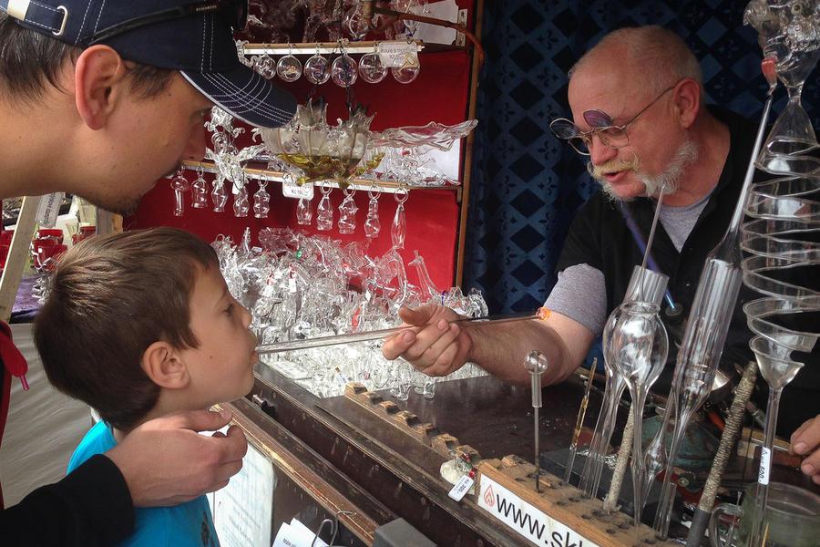 10. Михал ходит по школам, дает ребятам уроки работы со стеклом, проводит мастер-классы. Вчера можно