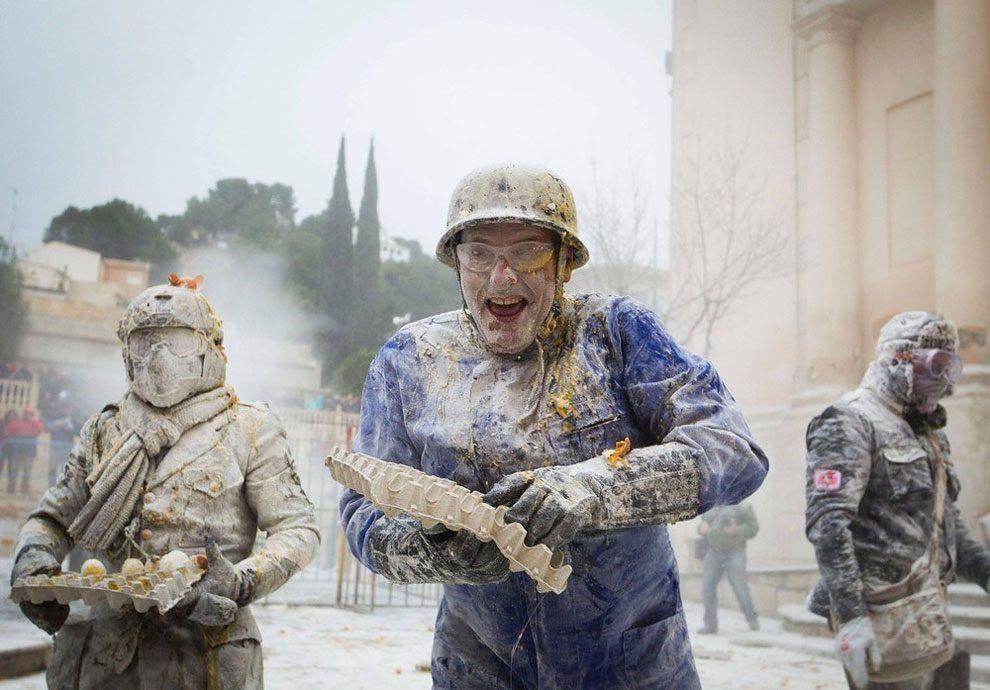 Рецепт «военного переворота» по-испански: тонны муки, гора яиц и безудержное веселье (13 фото)
