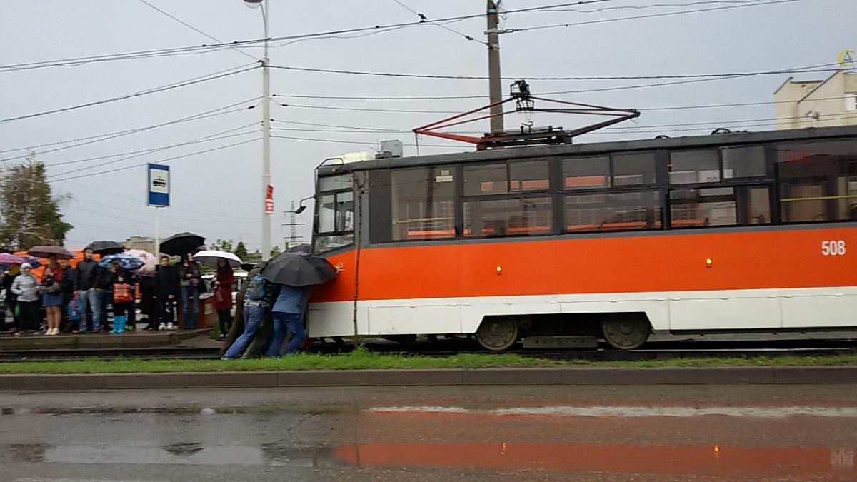 Юзеры «ВКонтакте» обсуждают кадры, накоторых пассажиры толкают трамвай