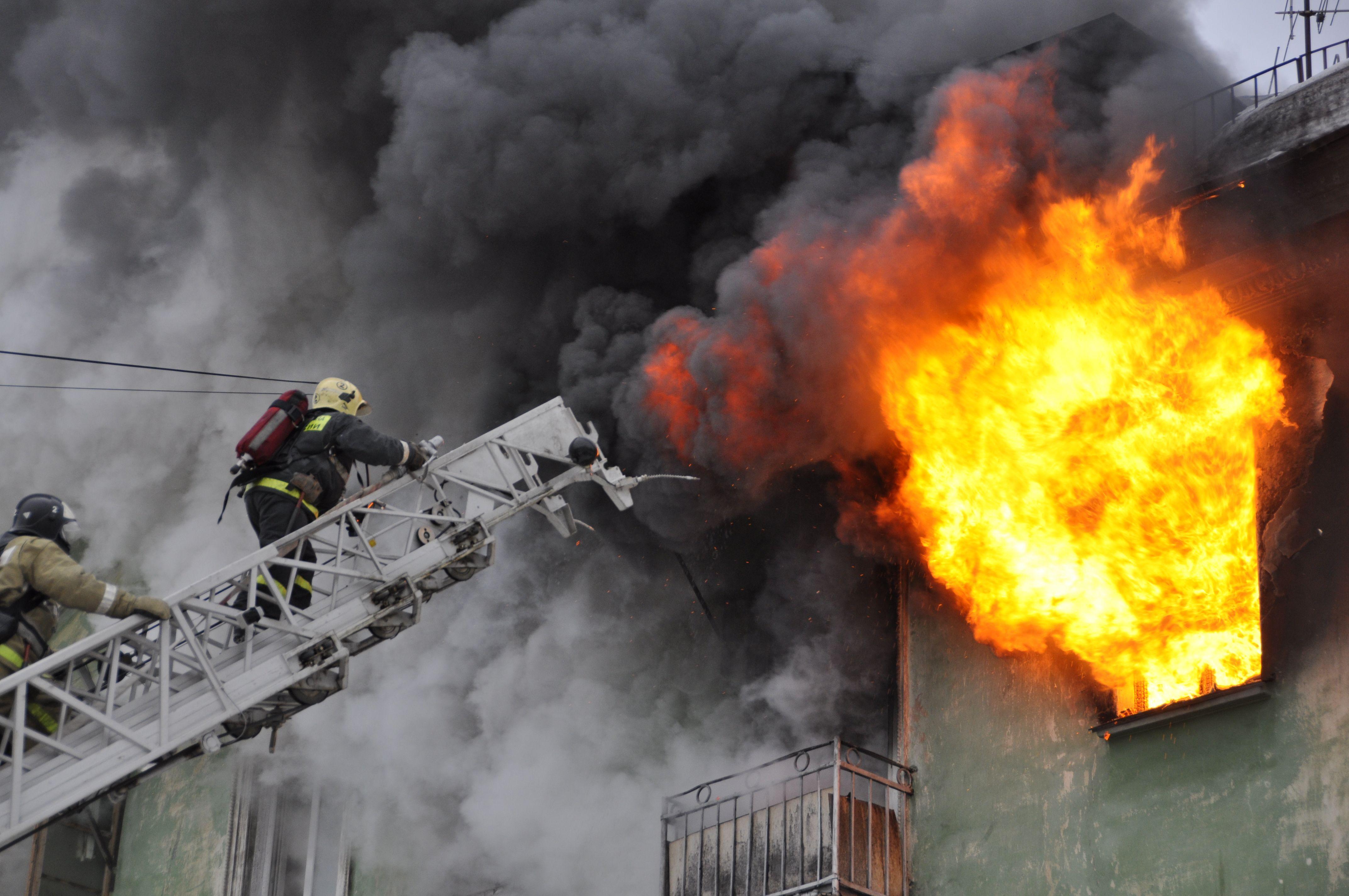 Восемь человек спасены впожаре вквартире навостоке столицы