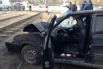 ВУльяновске полицейский наВАЗ-2114 протаранил трамвай