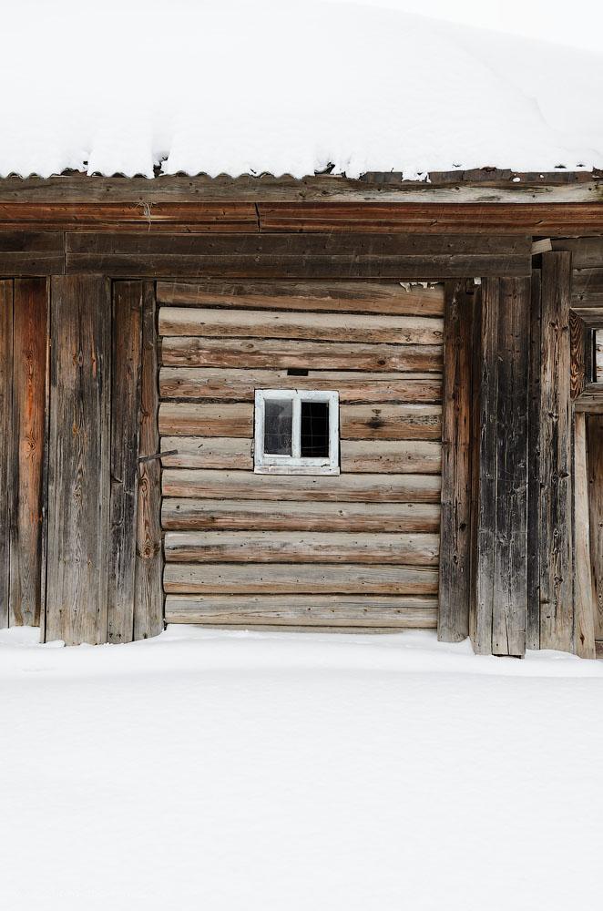 Фото 29. Без света в оконце. Зима в деревне Нижнеиргинское. Фотоаппарат Никон Д5100, объектив Никон 17-55.