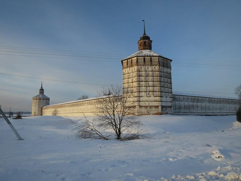 Кирилло-Белозерский монастырь. Восточный угол монастырских стен, на переднем плане Вологодская башня, на заднем - Кузнечная