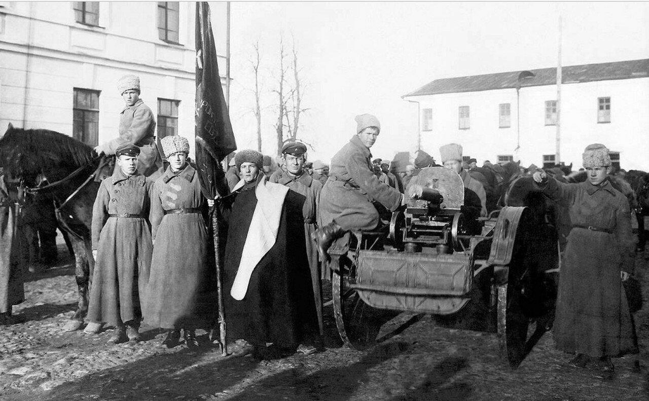 1919. Красноармейцы в освобожденном от белых городе
