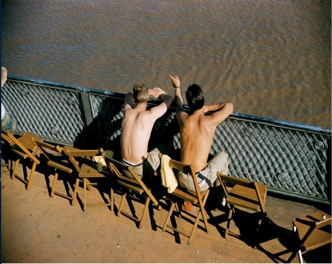 1957. Двое мужчин загорают на берегу Миссисипи, Новый Орлеан