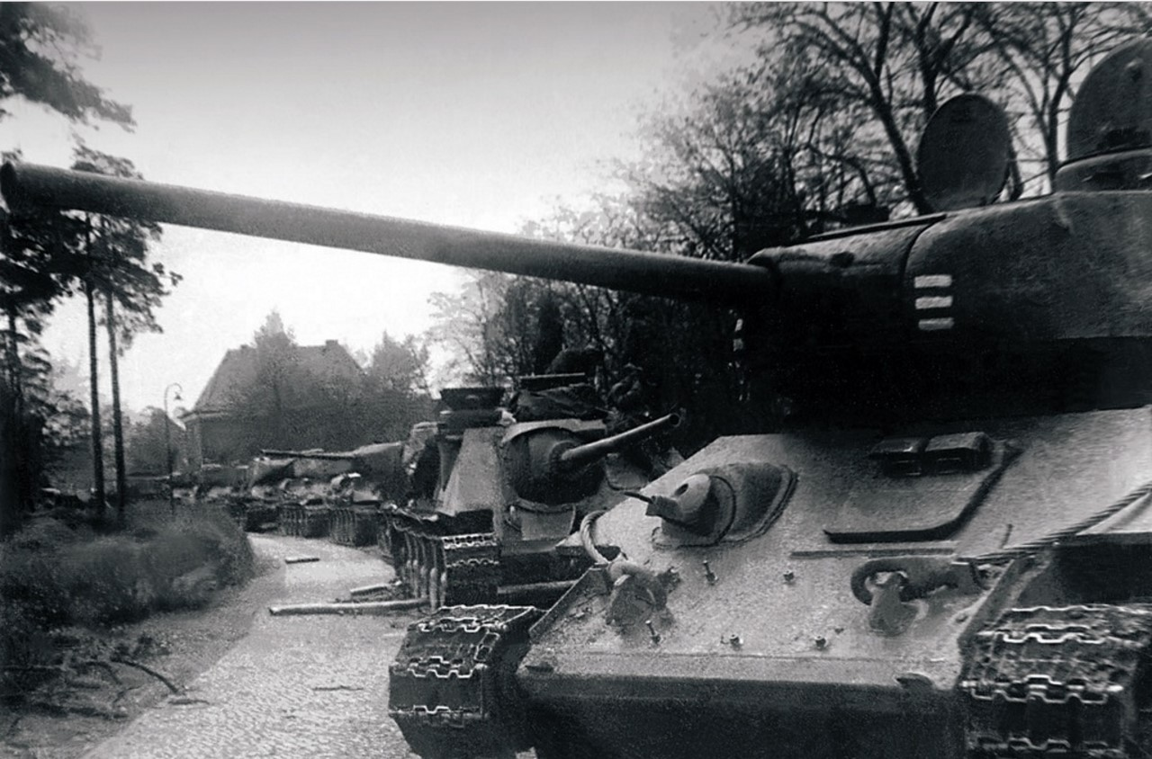 44-я гвардейская танковая бригада с боями ворвалась в местечко Уленхорст. Танки на улицах Уленхорста