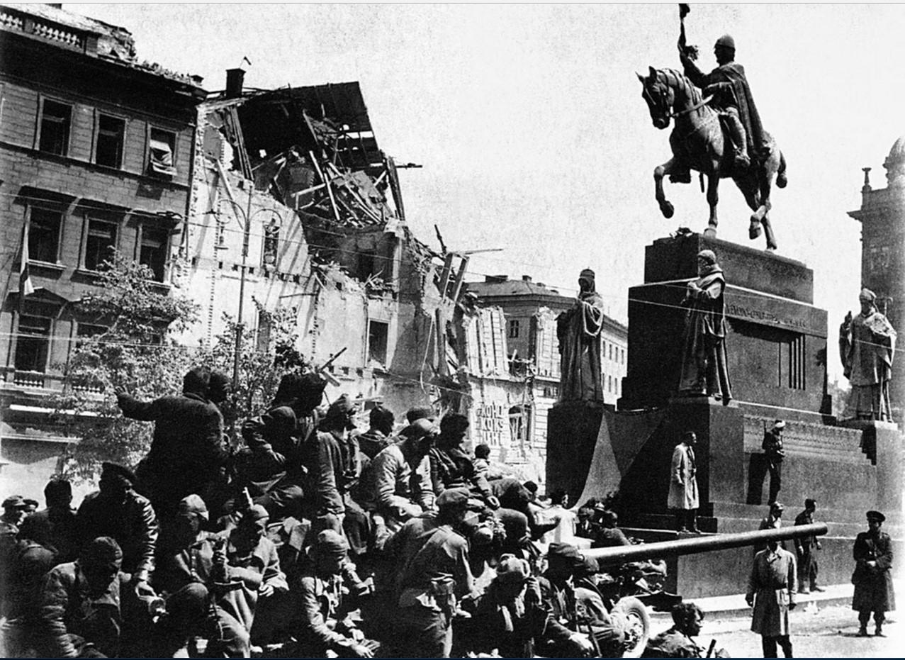 Танкисты 63-й гвардейской танковой бригады на площади освобожденного города. Прага