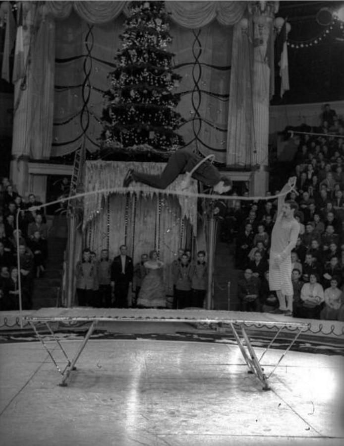 1960. Гастроли французского цирка в СССР. Акробаты на батуте