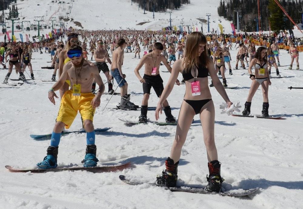 Девушки установили рекорд по горнолыжному спуску в бикини