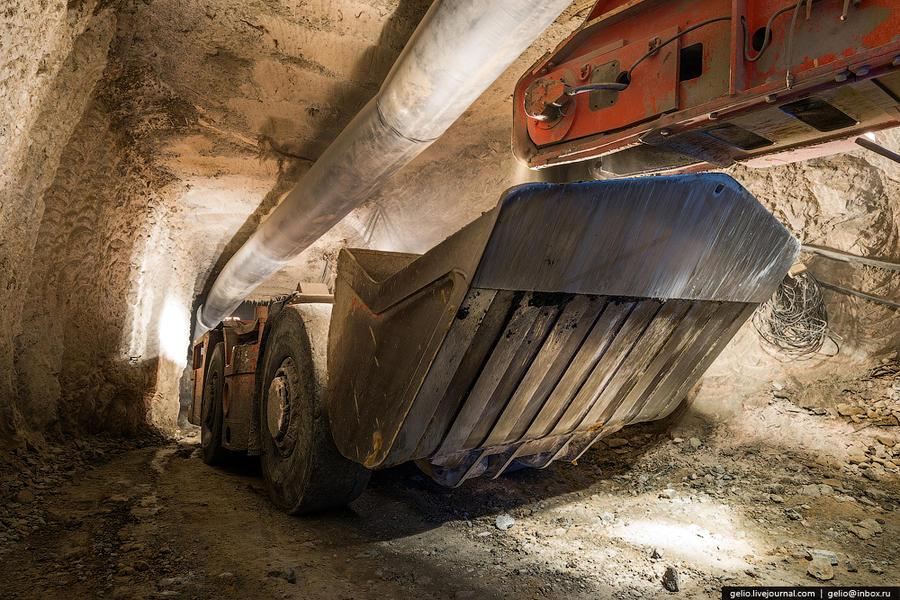 29. Далее идет погрузка в погрузочно-доставочные машины, которые отвозят руду до рудоспусков (горных