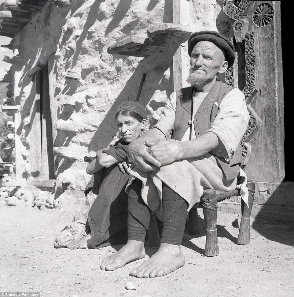 Пара на улице деревни Вайгал, провинция Нуристан, 1969 год.