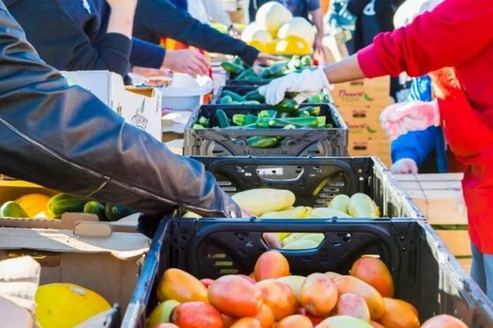 Готовить самому, покупая продукты на рынке.  В другой стране можно, точно так же, как и у себя