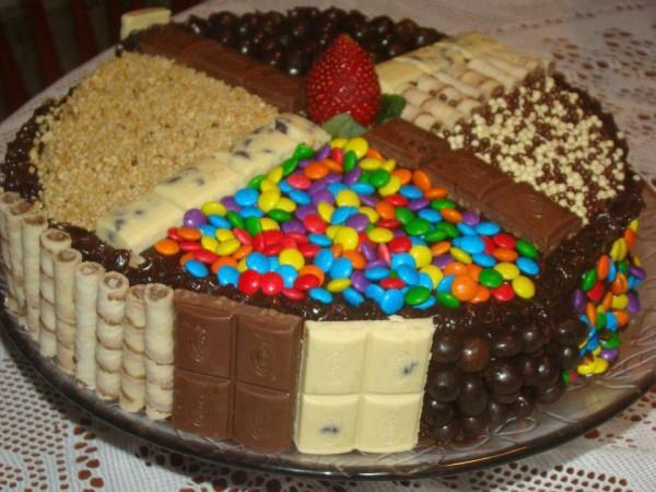 У нас было две плитки шоколада, вафельные трубочки, одна клубника и множество шоколадных драже всех