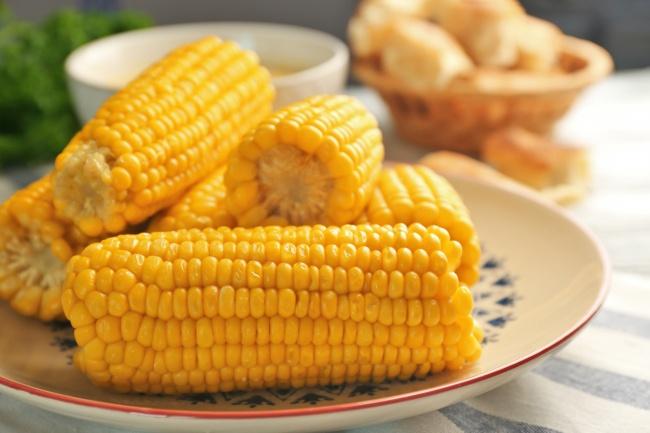© depositphotos  Выбирать для позднего перекуса следует неконсервированную, авареную кукуруз