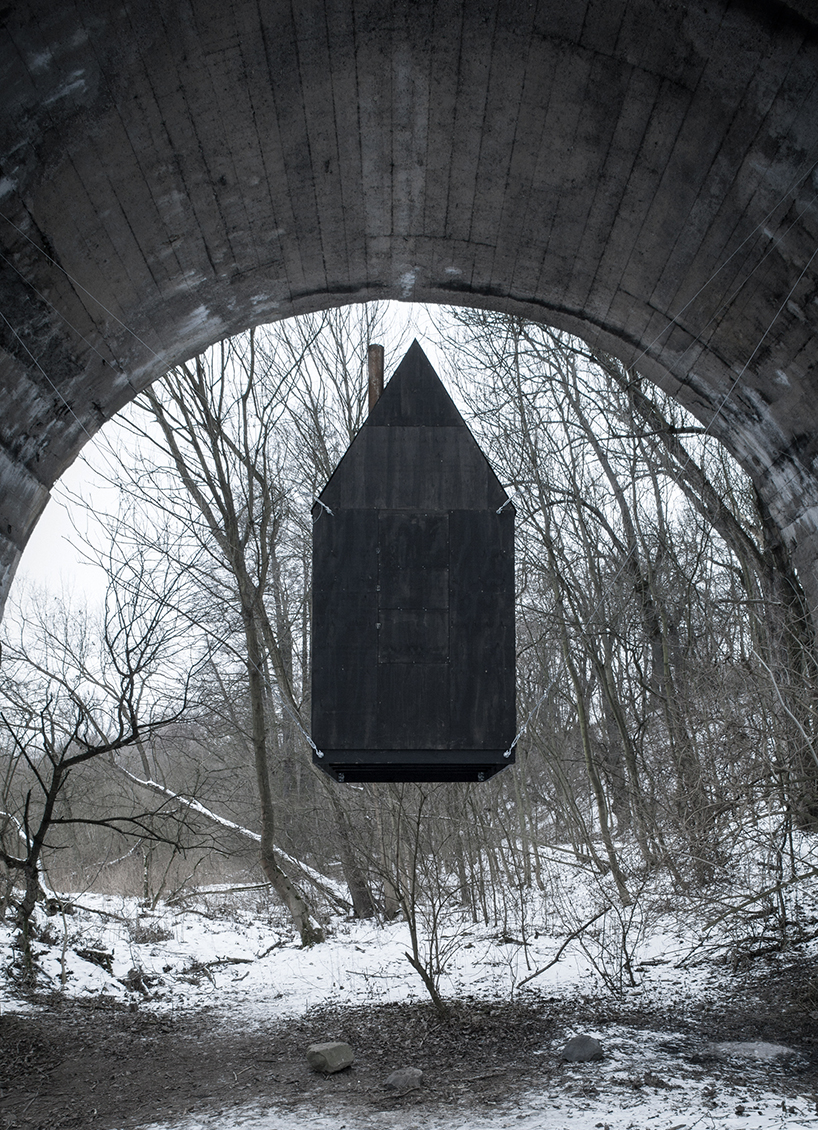 Черный летающий дом в Чехии