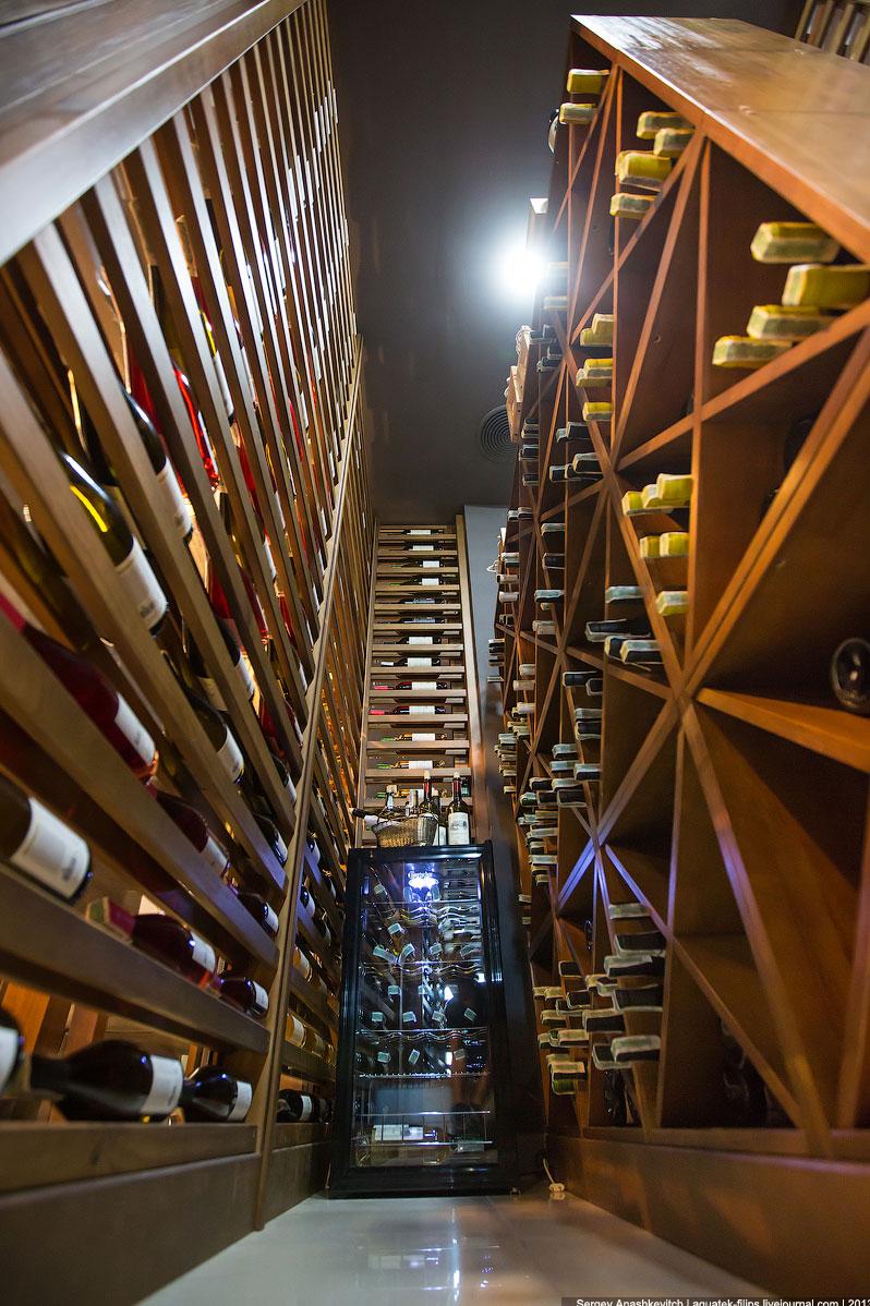 Также особые требования предъявляются к стеклам винной комнаты или шкафа. Она покрыты специальн