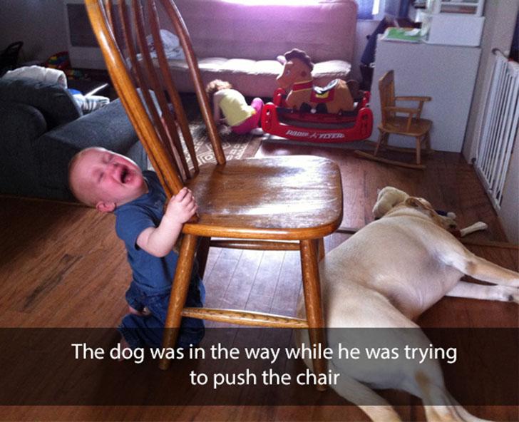 «Собака лежала у него на пути, когда он пытался подвинуть стул».