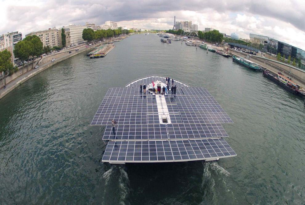 На Сене на фоне Эйфелевой башни в Париже. Также читайте статью « Виды Парижа с высоты Эйфелевой