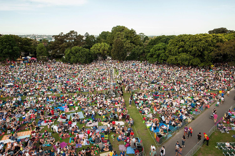 Толпы людей собираются на ежегодный рождественский концерт Woolworths Carols в Домейн, Сидней.