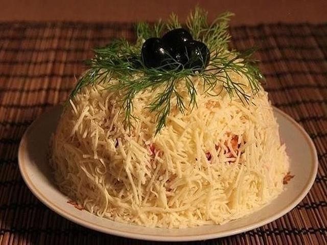 Салат с сыром помидором и крабовыми палочками