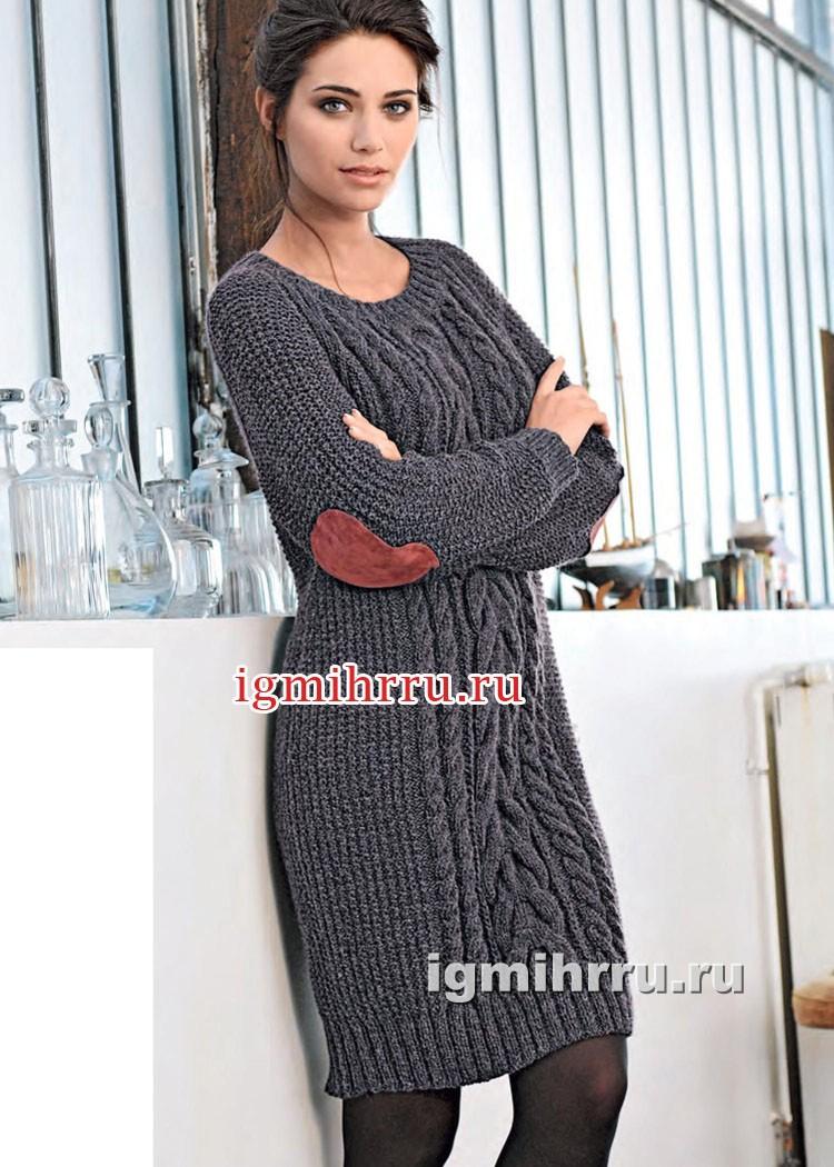 Темно-серое прямое платье с узорами из кос. Вязание спицами